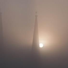 sonnenaufgang in marburg im nebel