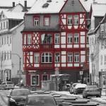 Rotes Haus auf einem schwar-weiß Bilder der Ketzerbach