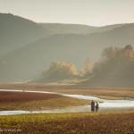 Paar in Herbstlandschaft