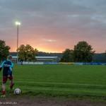 Junge am Rand des Fußballfelds
