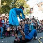 Clown und Mädchen bei einem Zirkus-Trick